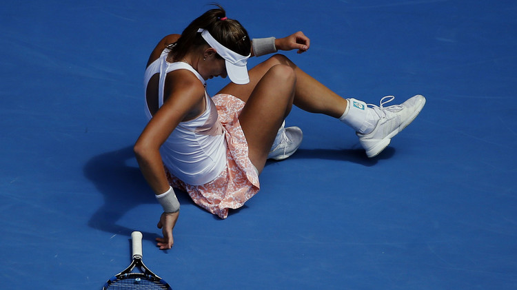فيديو .. لاعبة تنس تحطم مضربها بعنف .. وتحصل على هدية قيمة بعيد ميلادها