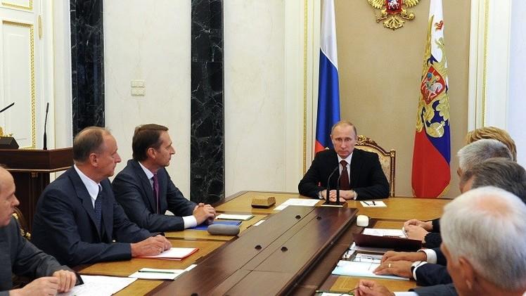 بوتين يبحث الوضع والغارات الجوية الروسية في سوريا مع أعضاء مجلس الأمن الروسي