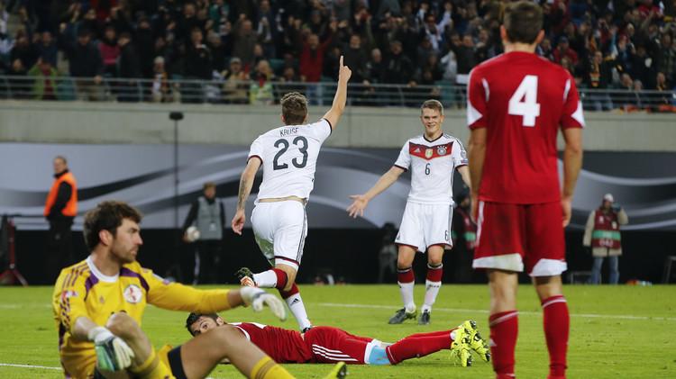 ألمانيا وبولندا إلى نهائيات