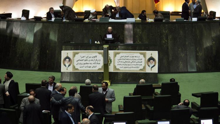 البرلمان الإيراني يوافق مبدئيا على الاتفاق النووي