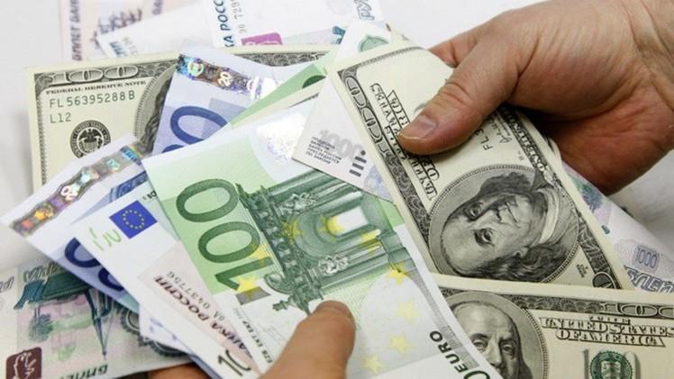 الدولار واليورو يتراجعان أمام الروبل الروسي