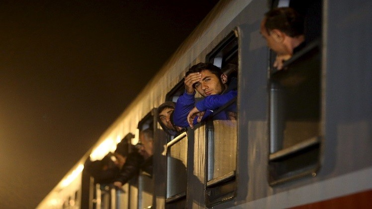 اللاجئون يحتشدون على الحدود الصربية مع كرواتيا وميركل إلى تركيا لوقف تدفقهم