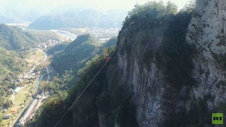 لقطات مذهلة لطائرة من دون طيار تصور رجلا يمشي على حبل عبر ممر ضيق (فيديو)