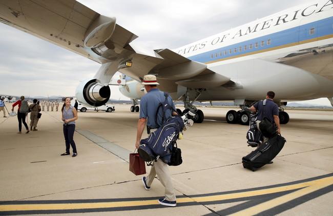 بالفيديو.. طرد راكبة من على متن طائرة أمريكية يثير غضب واستهجان باقي الركاب