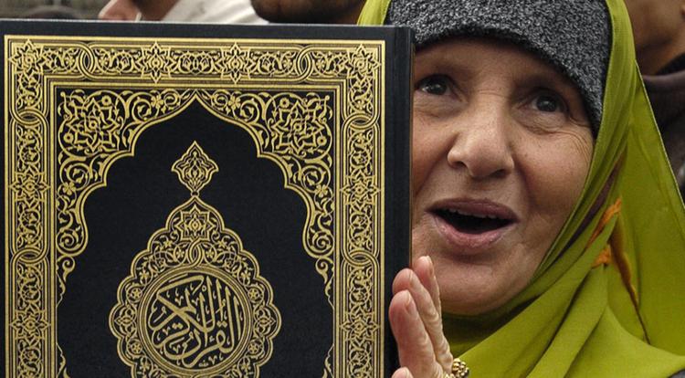 تطبيق أحكام الشريعة في قوانين الدنمارك واجب برأي 40% من مسلميها