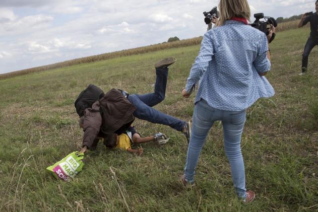 المصورة الهنغارية تقاضي اللاجئ السوري الذي ركلته وموقع