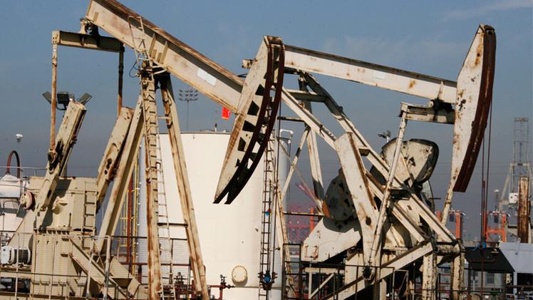 تخمة المعروض تضغط على أسواق النفط