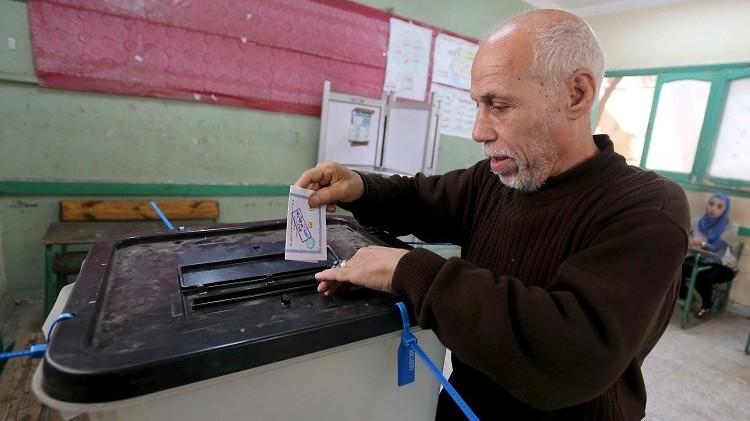 مصر تواصل جولة إعادة الانتخابات وسط جدل سياسي وتهديدات بالانسحاب