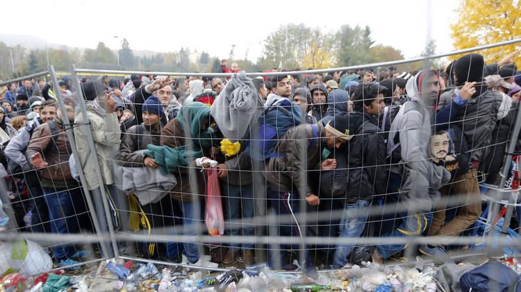 بعد غلق المجر أبوابها في وجه اللاجئين.. النمسا تبني سياجا على الحدود (فيديو)