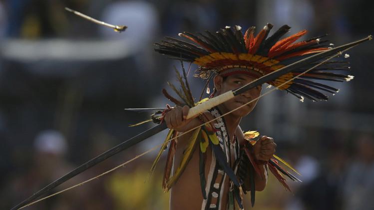 أحد المشاركين في مسابقة القوس والرمح وهو من سكان قبيلة البورورو، 26 أكتوبر/تشرين الأول 2015