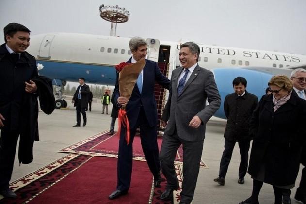 كيري يبدأ من قرغيزستان جولة في الفناء الروسي الخلفي