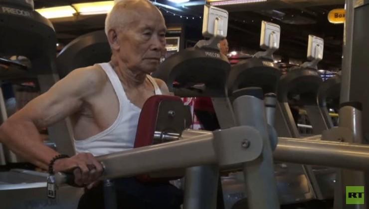 بالفيديو من الصين.. رفع أثقال في عمر الـ 93 عاما