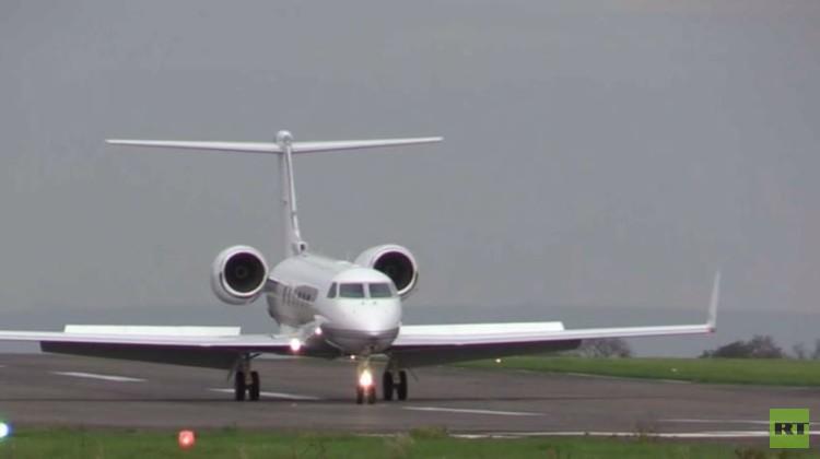 لحظات وصول آخر معتقل بريطاني من سجن غوانتنامو إلى مطار في لندن