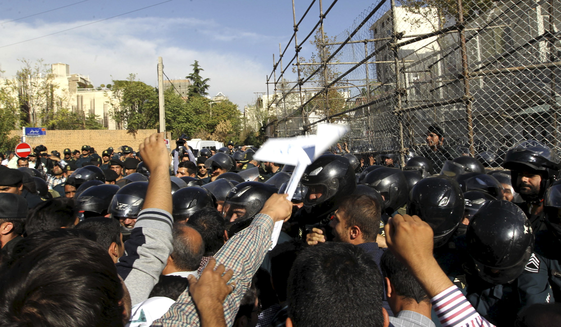 إيرانيون يتظاهرون أمام سفارة السعودية احتجاجا على مقتل 169 حاجا