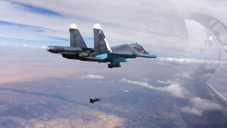 مقاتلة روسية تلقي بقذائفها على مواقع الإرهابيين في سوريا
