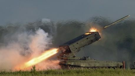 """راجمة الصواريخ TOS-1 أثناء عرض تجريبي في المنتدى الدولي العسكري التقني """"ARMY-2015"""" خارج موسكو - يونيو 2015"""