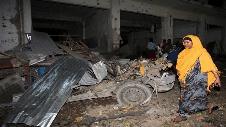مقتل 12 شخصا بتفجيرين في فندق أعقبه إطلاق نار في مقديشو (فيديو)