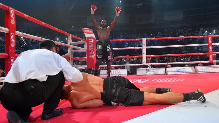 الملاكم الروسي تشاخكيف يخسر حزام بطل العالم (فيديو)