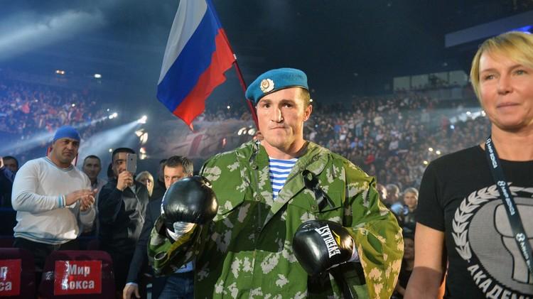 فيديو .. الملاكم الروسي ليبيديف يهزم متحديه النيجيري لطيف