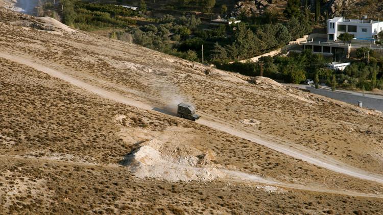 لبنان.. انفجار يستهدف دورية بعرسال والجيش يداهم مخيمات اللاجئين