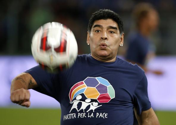 فيديو .. مارادونا يحرز هدفا رائعا في مرمى أبو تريكة في المغرب
