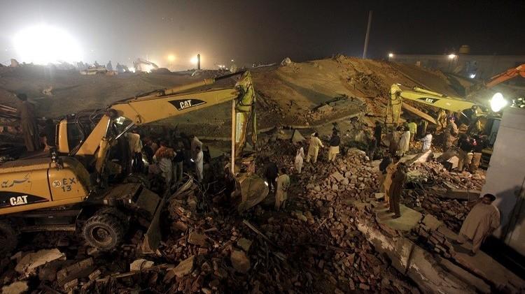 ارتفاع عدد قتلى انهيار مصنع في باكستان إلى 44 (فيديو)