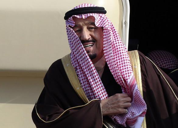 صورة للملك سلمان يطمئن على مستشاره السابق في المستشفى تشعل مواقع التواصل الاجتماعي
