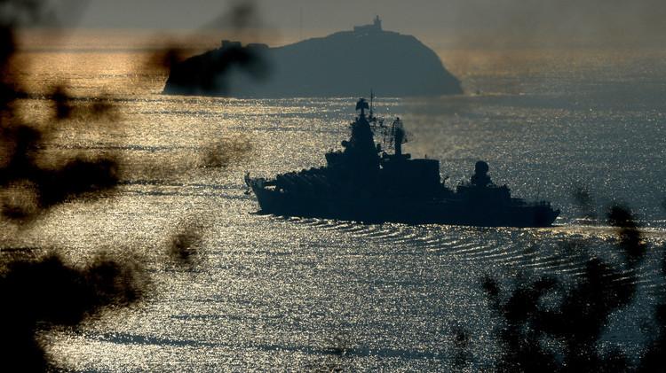 سفن روسية تتدرب على مكافحة الغواصات والدفاع الجوي في المحيط الهادئ (فيديو)