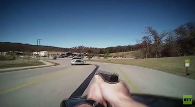 امرأة تقود سيارة مسروقة تصطدم بشرطي في أوكلاهوما وتصيبه بجروح (فيديو)