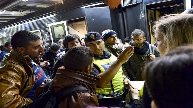 السويد تواجه اللاجئين بإعادة الرقابة على حدودها