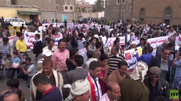 يمنيون أمام السفارة الروسية في صنعاء يهتفون: شكرا روسيا .. (فيديو)