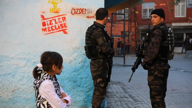 مقتل 11 مسلحا وضابط في اشتباكات بشرق تركيا