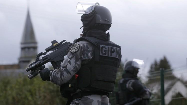 أنباء عن ملاحقة الشرطة الفرنسية لمركبتين تقل 4 رجال يشتبه بصلتهم بهجمات باريس