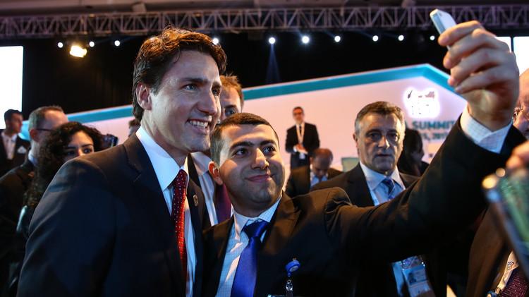 رئيس الوزراء الكندي يختطف الأضواء في قمة العشرين بصور
