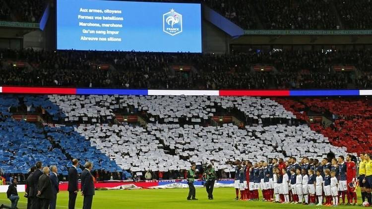 بالفيديو.. آلاف المشجعين في لندن يرددون النشيد الوطني الفرنسي
