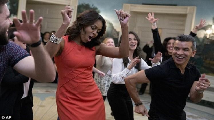 سيدة البيت الأبيض ترقص على أنغام كوبا في غياب أوباما (صور+فيديو)