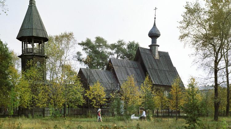 بالفيديو.. حريق هائل يدمر كنيسة قديمة في روسيا