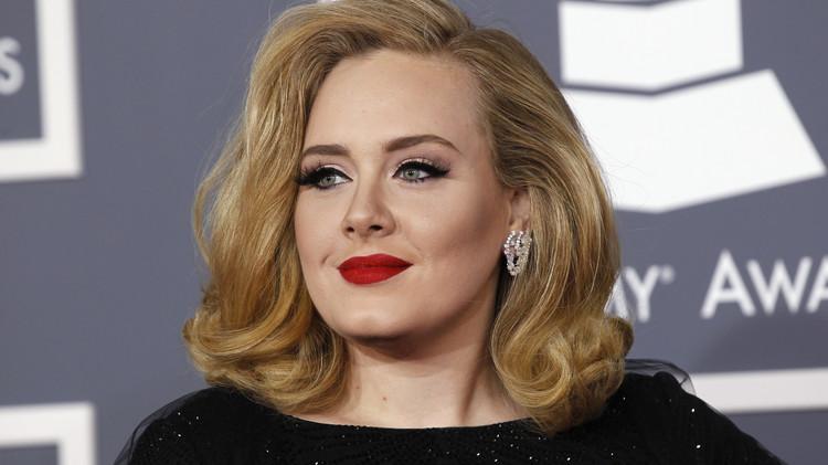أديل تحقق رقما قياسيا ببيع 2.3 مليون نسخة من ألبومها