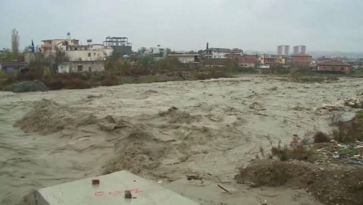 فيضانات تغمر مناطق في وسط وشمال ألبانيا (فيديو)