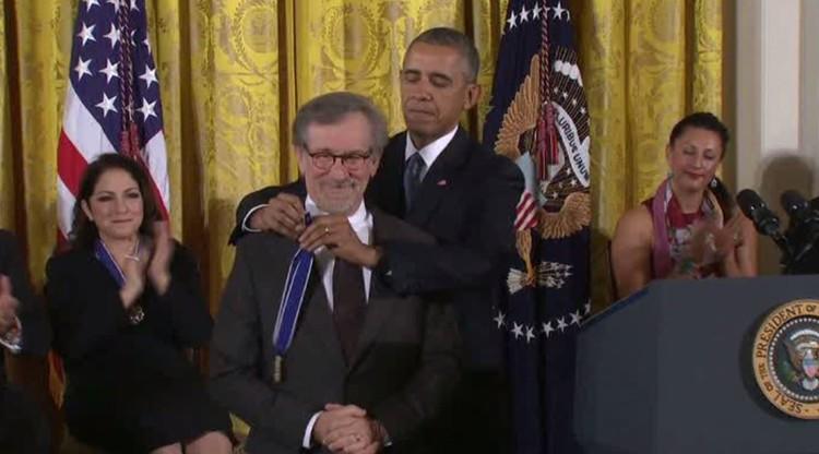 أوباما يقلد أبرز الشخصيات الأمريكية أرفع وسام مدني أمريكي (فيديو)
