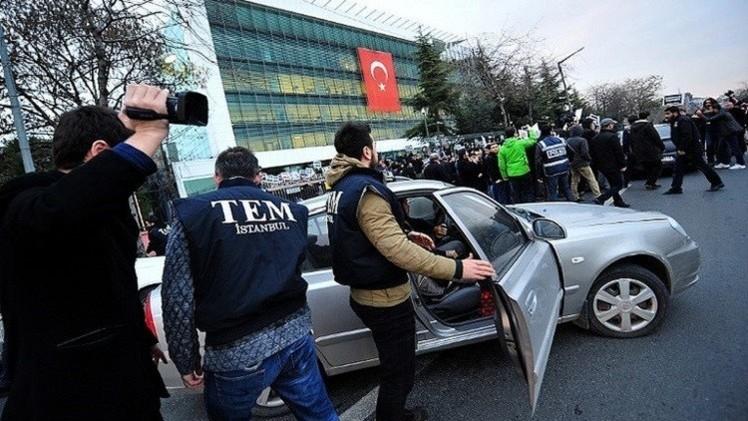 تركيا.. القاء القبض على صحفيين كشفا إرسال الحكومة شحنات أسلحة لمعارضين في سوريا (فيديو)
