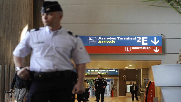 مطار شارل ديغول في باريس يفصل نحو 60 موظفا بشبهة