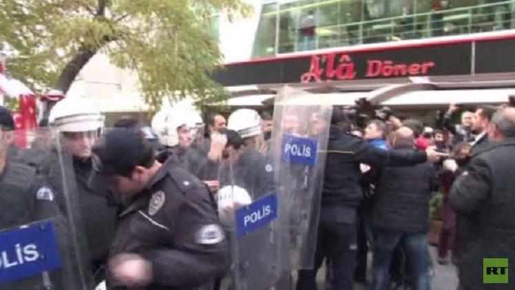 بالفيديو.. اشتباكات بين متظاهرين ورجال الشرطة في أنقرة