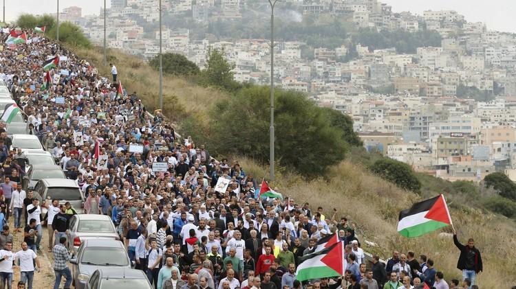 آلاف الفلسطينيين يتظاهرون في أم الفحم احتجاجا على حظر