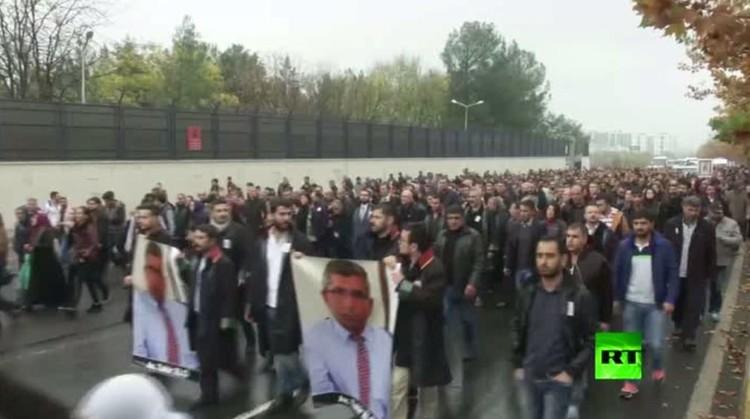 بالفيديو.. تشييع رئيس نقابة المحامين في ديار بكر المناوئ لأردوغان