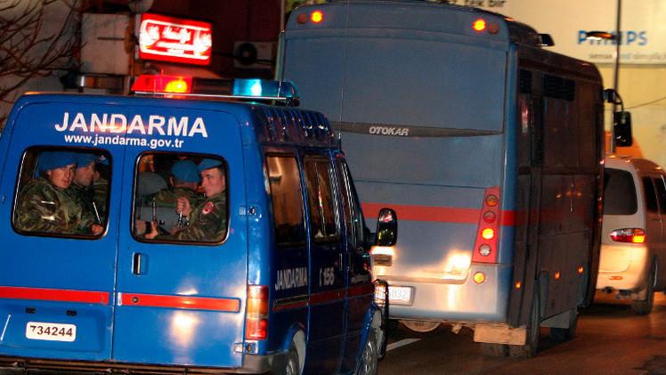 تركيا.. اتهام عسكريين كبار بتزويد إرهابيين بالسلاح