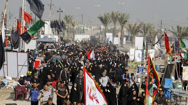 عشرات الآلاف من الزوار الإيرانيين يقتحمون العراق  (فيديو)