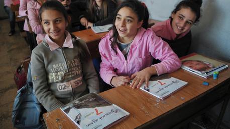 طالبتان من مدرسة سهيل أبو الشملات الإعدادية في اللاذقية تدرسان اللغة الروسية