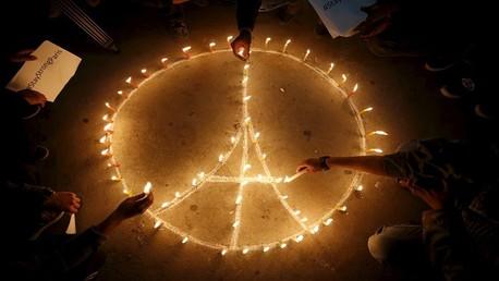 الفرنسيون يشعلون الشموع في الشوارع حدادا على أرواح القتلى