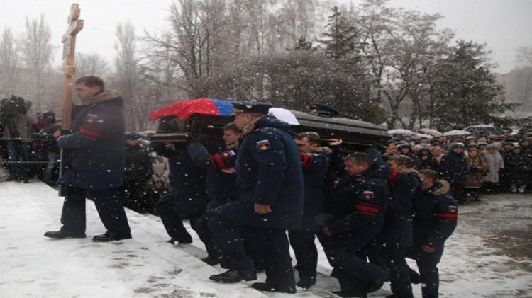 جثمان قائد القاذفة الروسية يوارى الثرى (فيديو)